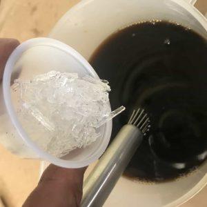 making alcoholado añadiendo cristales de mentol alcolado